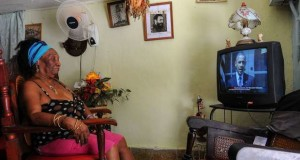Cubana viendo a Obama por TV _ab